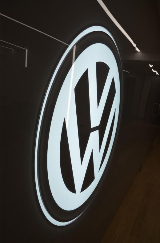 VW logo na scianie_01