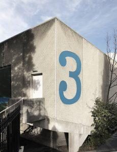 duza cyfra na budynku