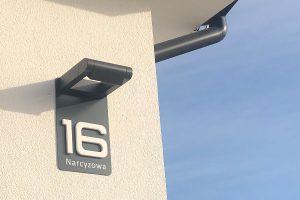 Numer na dom z podświetleniem zewnętrznym, halogenowym.